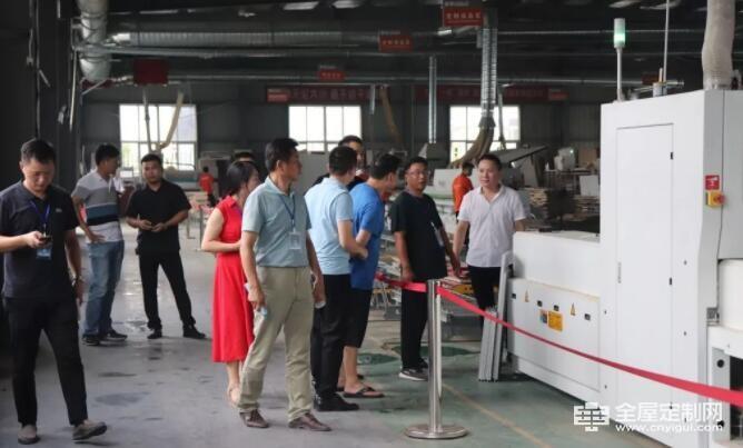 安徽区定制家居同仁集体参观橙家全屋定制生产基地