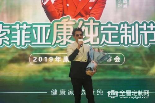 海鸣威在舞台上深情演唱经典成名金曲